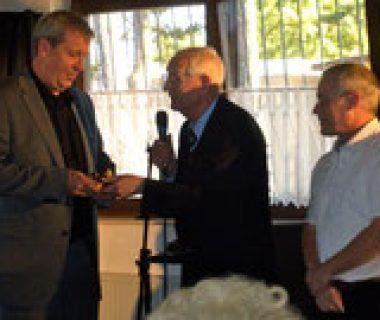 Herr von Kluge begrüßt den MRC Vorstand Peter Trauth